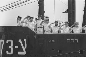 """צוות הצוללת אח""""י רהב בעמדות כבוד לכניסה לנמל חיפה"""