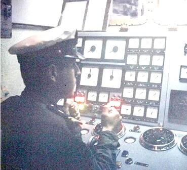 סגן צבי קרני בבקרת מנועים