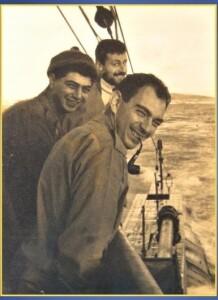 בגשר הצוללת בעת הפלגתה, מתרווחים המכונאי הראשי אלכס שדמון מכונאי וחשמלאי