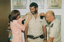 """אלוף עמי אילון מעניק דרגת רס""""ב לשלמה ערן, 1992"""