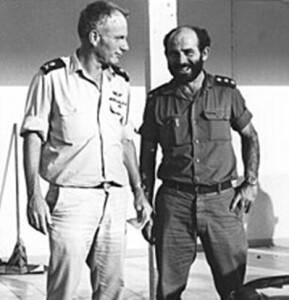 מפקד חיל הים ביני תלם ומפקד השייטת יומי ברקאי ב-7 באוקטובר 1973.