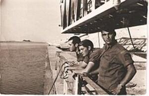 חיילם ישראלים מתחת לגשר הפירדאן הפתוח 1969